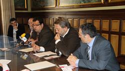 Els alcaldes i el regidor de Mobilitat vilanoví, amb el director general de Transport Terrestre