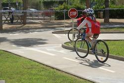 L'ús del casc és obligatori pels ciclistes en vies interurbanes