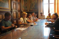 Agents socials i econòmics amb representants dels grups polítics municipals, a la constitució de la Mesa