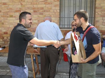 El regidor Gerard Llobet fa entrega del premi de fotografia a Salvador Vila