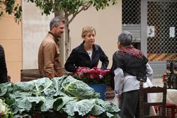 Neus Lloveras i Joan Giribet al mercat de Sant Isidre