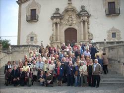 Els participants davant del Santuari de la Gleva