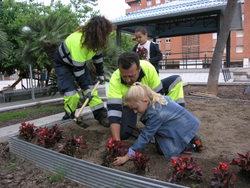 Els nens i nenes fan de jardiners per un dia a través del projecte de l'Agenda 21 escolar