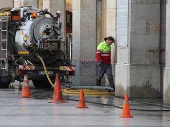 Neteja dels embornals de la plaça de la Vila