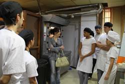 La regidora d'Ocupació, Ariadna Llorens, amb els alumnes del nou PQPI de fleca i pastisseria