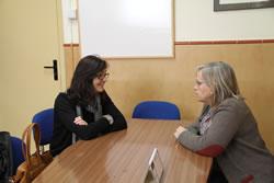 Ariadna Llorens i Pilar Contreras durant la reunió per conèixer els projectes del centre