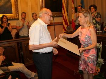 Vicenç Carbonell rep el Diploma de la Ciutat de mans de l'alcaldessa