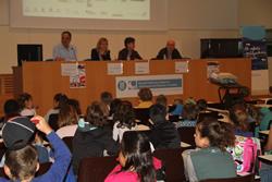 L'alcaldessa de VNG, Neus Lloveras, ha estat avui amb els infants en la presentació dels seus treballs
