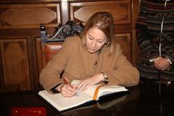 Visita Neus Munté. Signant llibre d'honor