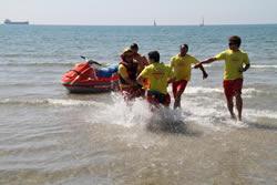 Socorristes de Proactiva treuen una persona de l'aigua