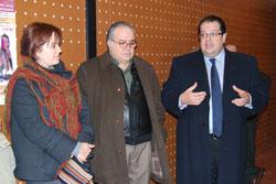 L'alcalde i la regidora de Cultura, amb el president de l'associació, Josep Maria Porta