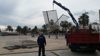 Operaris retirant la tanca de la plaça del Port