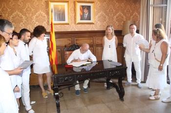 Manuel Cuyàs ha signat el llibre d'honor de l'Ajuntament