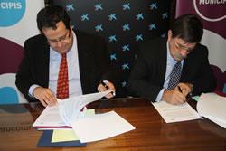 Joan Ignasi Elena i Ramon Gatell signan el conveni