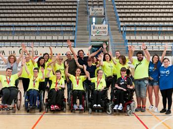 L'equip dels Joves Vicuven amb la Regidora d'Esports, Blanca Albà